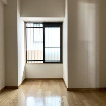 玄関入って右側の洋室は子ども部屋かな。