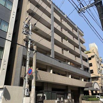 駅にも近い9階建てのマンション。