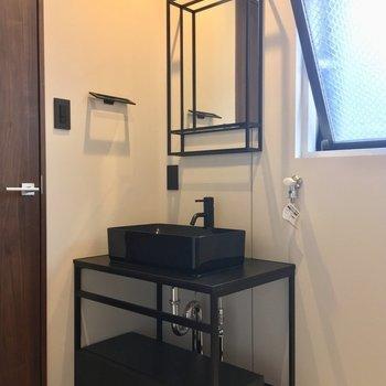 独立洗面台はブラックでシャープな印象