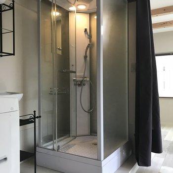 シャワーブースはピカピカです