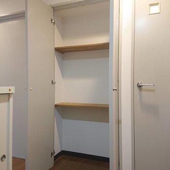 廊下の途中にも収納棚!