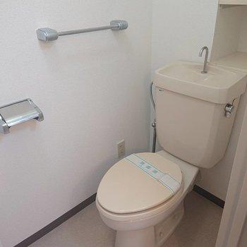 トイレには収納棚もあり◎