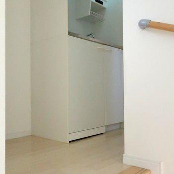 まずは階段を登って居室へ