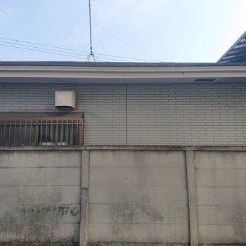 眺望はお向かいの塀