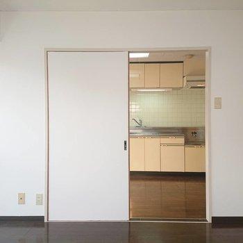扉越しに見えるキッチン