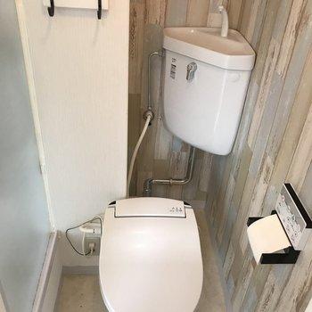 トイレはウォシュレットがついてます。明かり窓も!