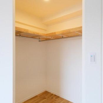 ウォークインクローゼットの入り口には、カーテンもつけられます。