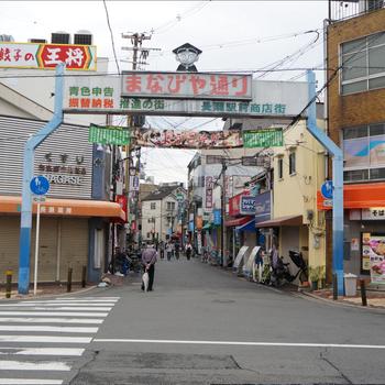 周辺】駅前の商店街を抜けると近畿大学へ!