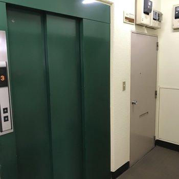 荷物が多い時はエレベーターで3階まで