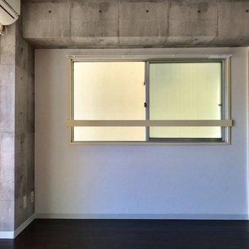 反対の壁はこちら。こちらの小窓も視線がなく、ある程度日が入ってきます