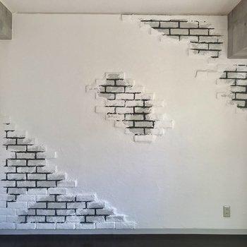 レンガが残った壁。こちらに家具を一通り置きたい