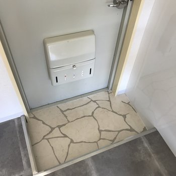 玄関はコンパクト。下駄箱はありませんでした