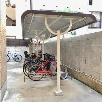 駐輪場は嬉しい屋根付き。