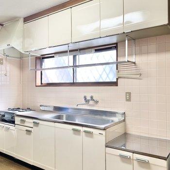 キッチン前に窓があるので、空気の入れ替えしっかりできますね。