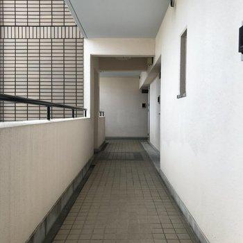 玄関前の共用スペースもシンプル。