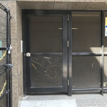 月額制の駐輪場です。入るには鍵が必要。