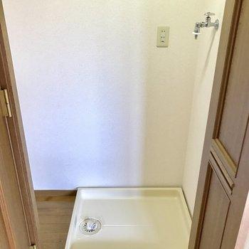 扉の中に洗濯機置場が。