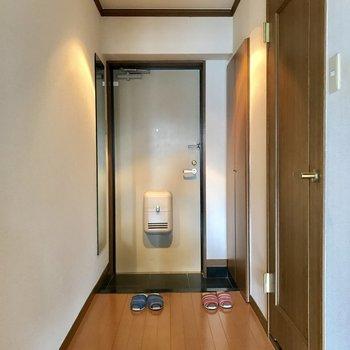 玄関横に鏡があるから出る直前に身だしなみ確認ができます!