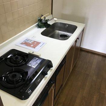 キッチン奥の上に食器洗い乾燥機がありますよ。