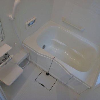 お風呂は広々していて小窓もあるよ★