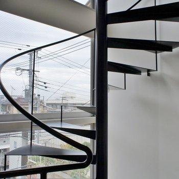 景色を見ながら螺旋階段を上って