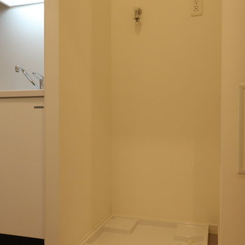 キッチン横に、洗濯機置き場がありますよ。※写真は14階の同間取り別部屋のものです
