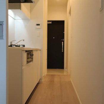 それでは、キッチンへ。手前に冷蔵庫置き場です。※写真は14階の同間取り別部屋のものです