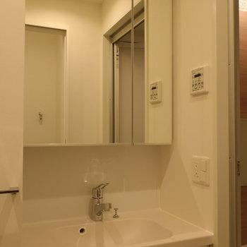 向かいは脱衣所、独立洗面台も。※写真は14階の同間取り別部屋のものです