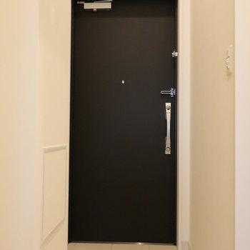 玄関扉はシックにブラック。※写真は14階の同間取り別部屋のものです