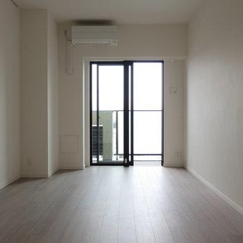 約9.7帖の居室はすこし広く感じますよ。※写真は14階の同間取り別部屋のものです