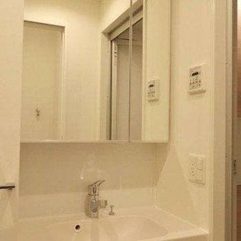 キッチン後ろに、脱衣所。※写真は14階同間取り別部屋のものです