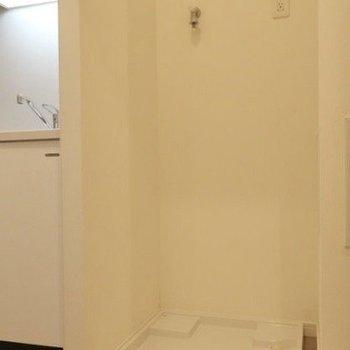 キッチン横に、洗濯機置き場がありますよ。※写真は14階同間取り別部屋のものです