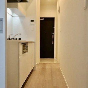 それでは、キッチンへ※写真は14階同間取り別部屋のものです