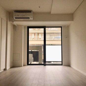 窓のフレームが真っ白なお部屋を引き締めます。※写真は3階同間取り別部屋のものです