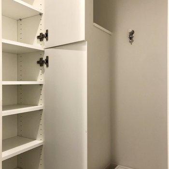 洗濯機置場横の収納も充実しています。