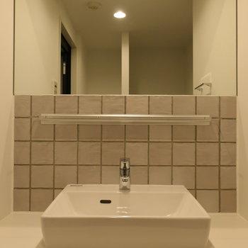 大きめ鏡も、洗面台のデザインも◎