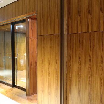 1階エントランスを入って、エレベーター前にオートロックです。