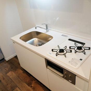 シンクにトレーを設置して調理スペースを補うと良さそうです。