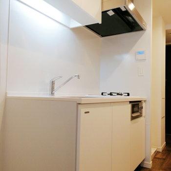 キッチンは白をベースとしたキレイなデザイン。