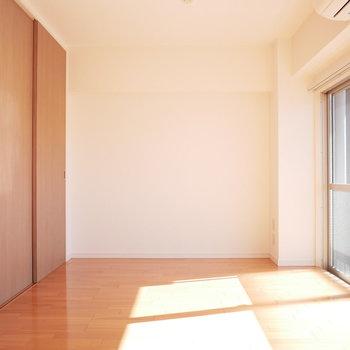洋室全体に光がたくさん入ります!