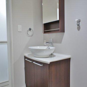 スマートなデザインの洗面