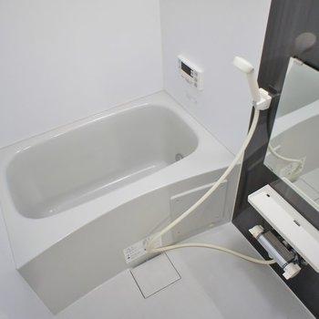追炊き機能付きのバスルーム