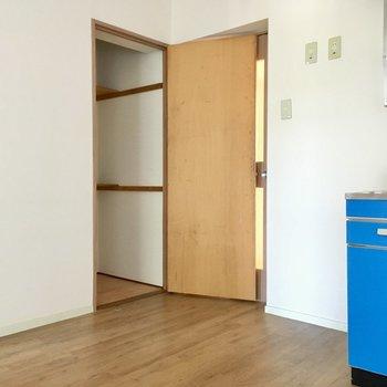 キッチン横に冷蔵庫置場。お隣はお掃除用具入れにいかが?(※写真はモデルルームです)