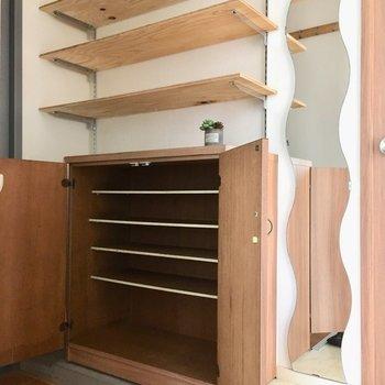 シューズBOXに、上部には棚!お気に入りの小物や写真を飾ろっと。