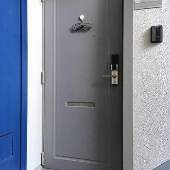 玄関は電子錠です。モニターフォンも付いています。