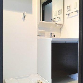 洗濯置き場と洗面台は並んで。