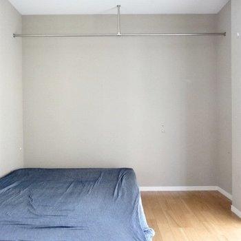 【洋室5.5帖】落ち着きグレー。こちらもオープンクローゼットなのです。