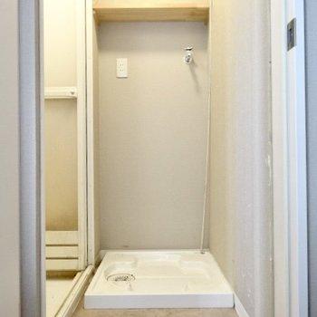 脱衣所スペースに洗濯機を置こう!上部収納がいいね。