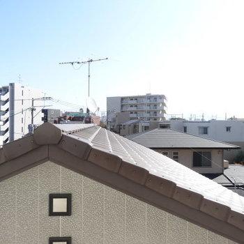 【洋室6帖】眺めは屋根ビュー。視線が気にならないってことで!
