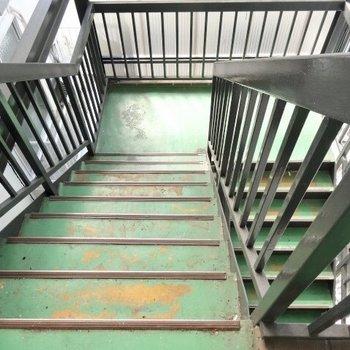 この階段を登って3階まで。